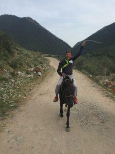 Тренер Дмитрий Ростягаев на коне