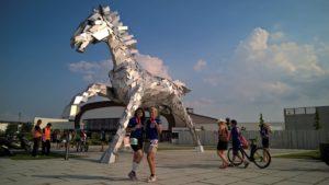 Скульптура скачущей лошади в Шаморине