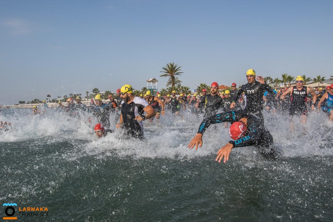 Старт триатлона в открытой воде