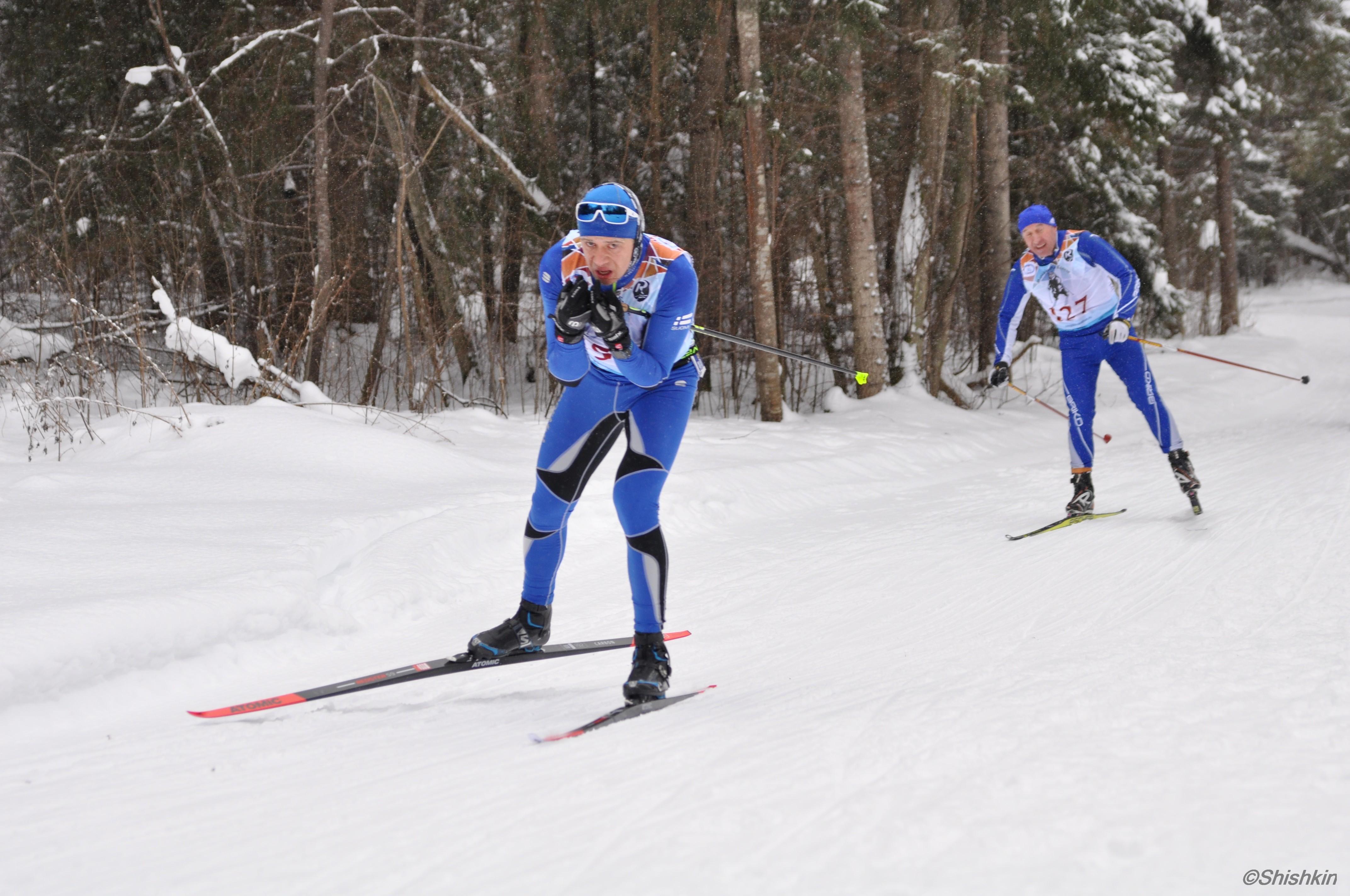 Спуск на трассе лыжного марафона в Вологде